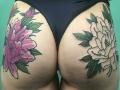 Татуировка цветы на ягодицах