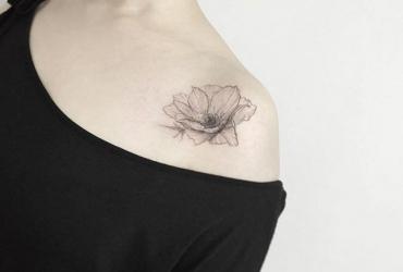 Тату на плече цветок для девушек