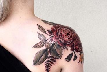 Тату на плече цветок для девушки