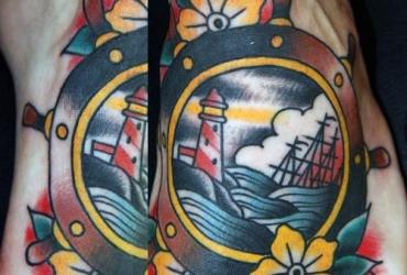 Татуировка со штурвалом в стиле Олд Скул