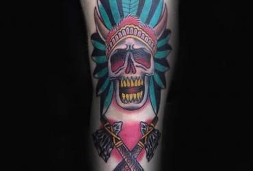 Татуировка черепа в стиле олд скул на колене