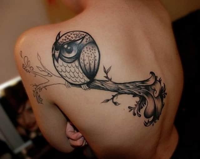 Большая татуировка у девушки между ног фото 85-423