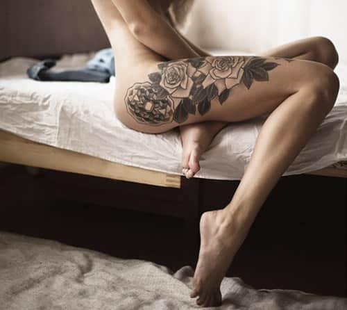 фото черно-белой татуировке на ноге девушки