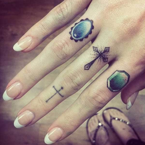 фото татуировки на пальце рук у девушки