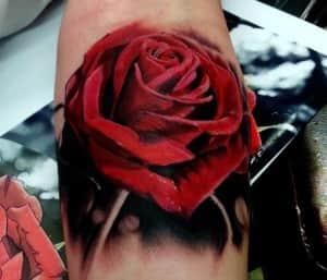 фото татуировки розы на руке