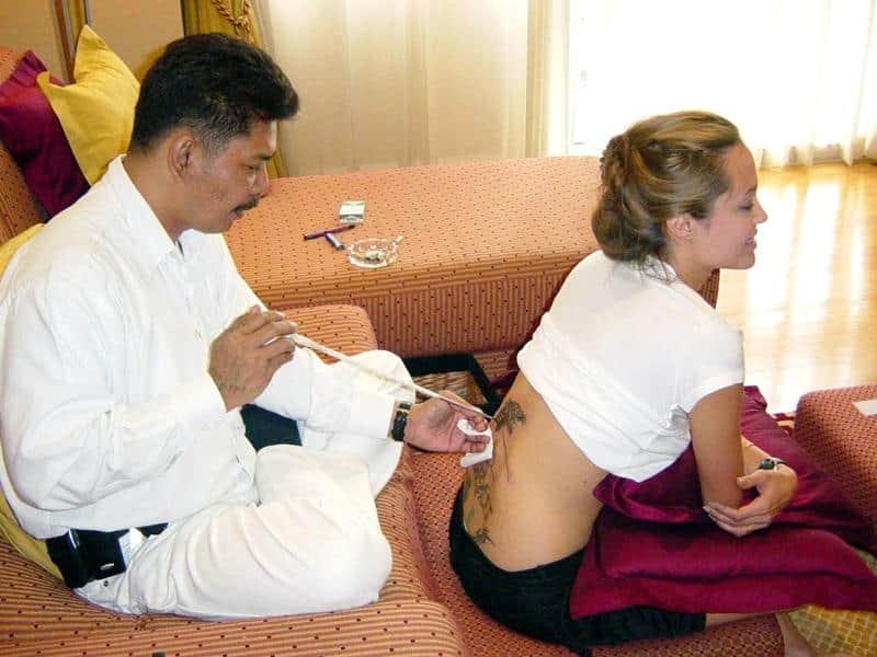 фото как делают тату Анжелине Джоли