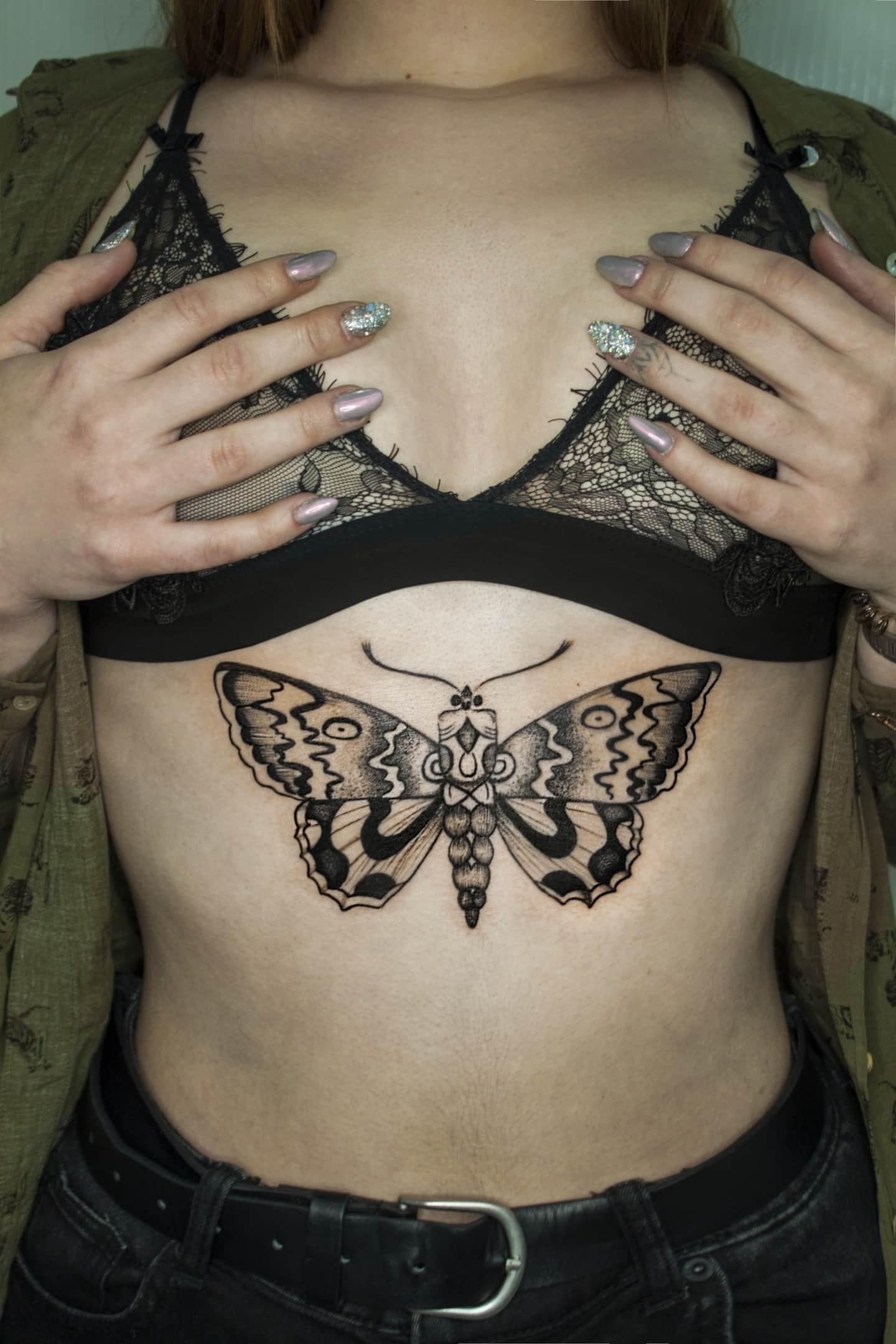 Тату бабочки на груди