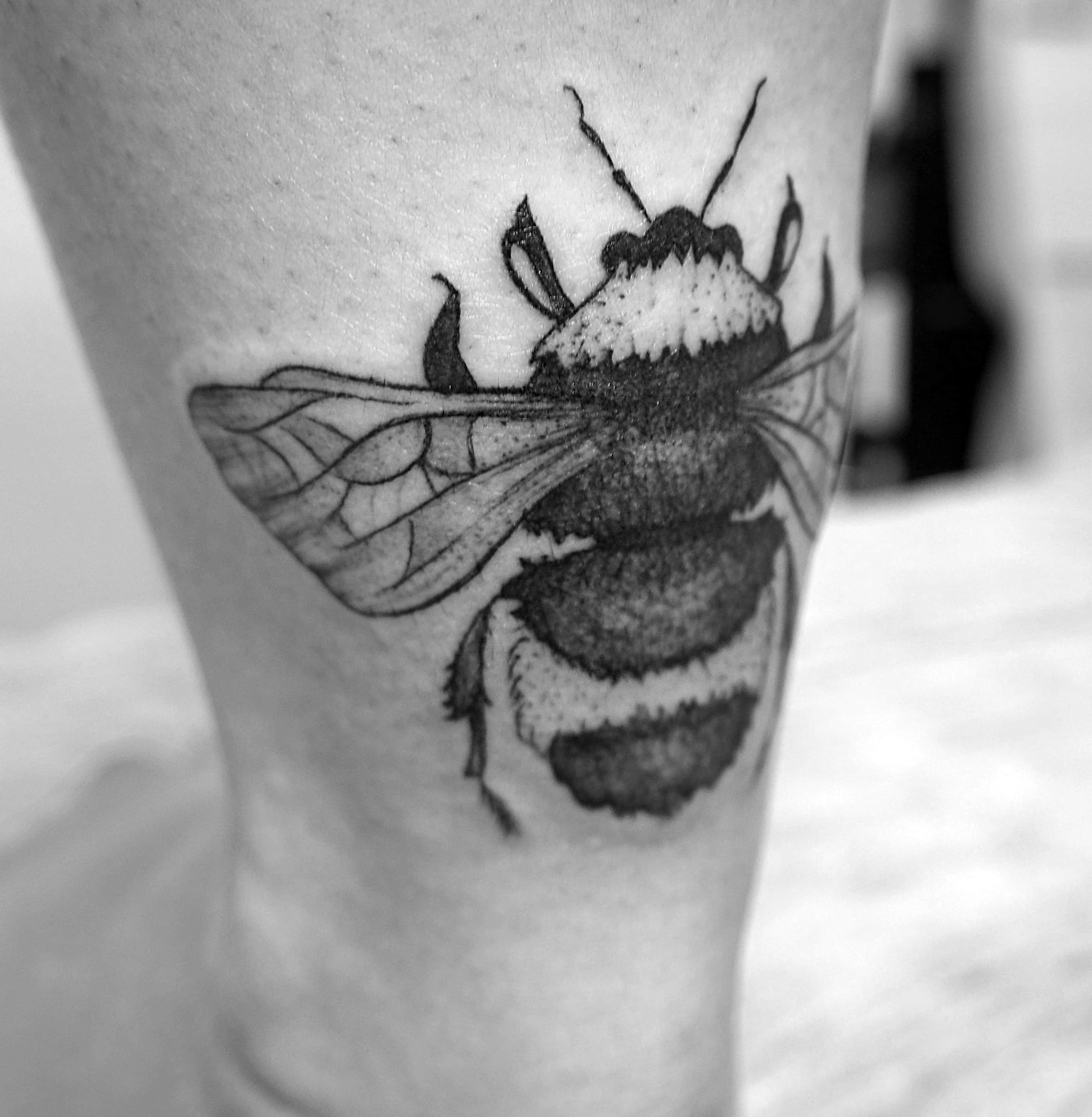 Тату пчелка на ноге