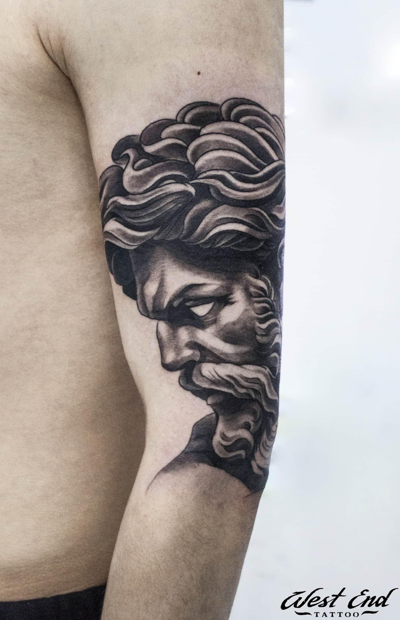 Тату портрет на плече черного цвета