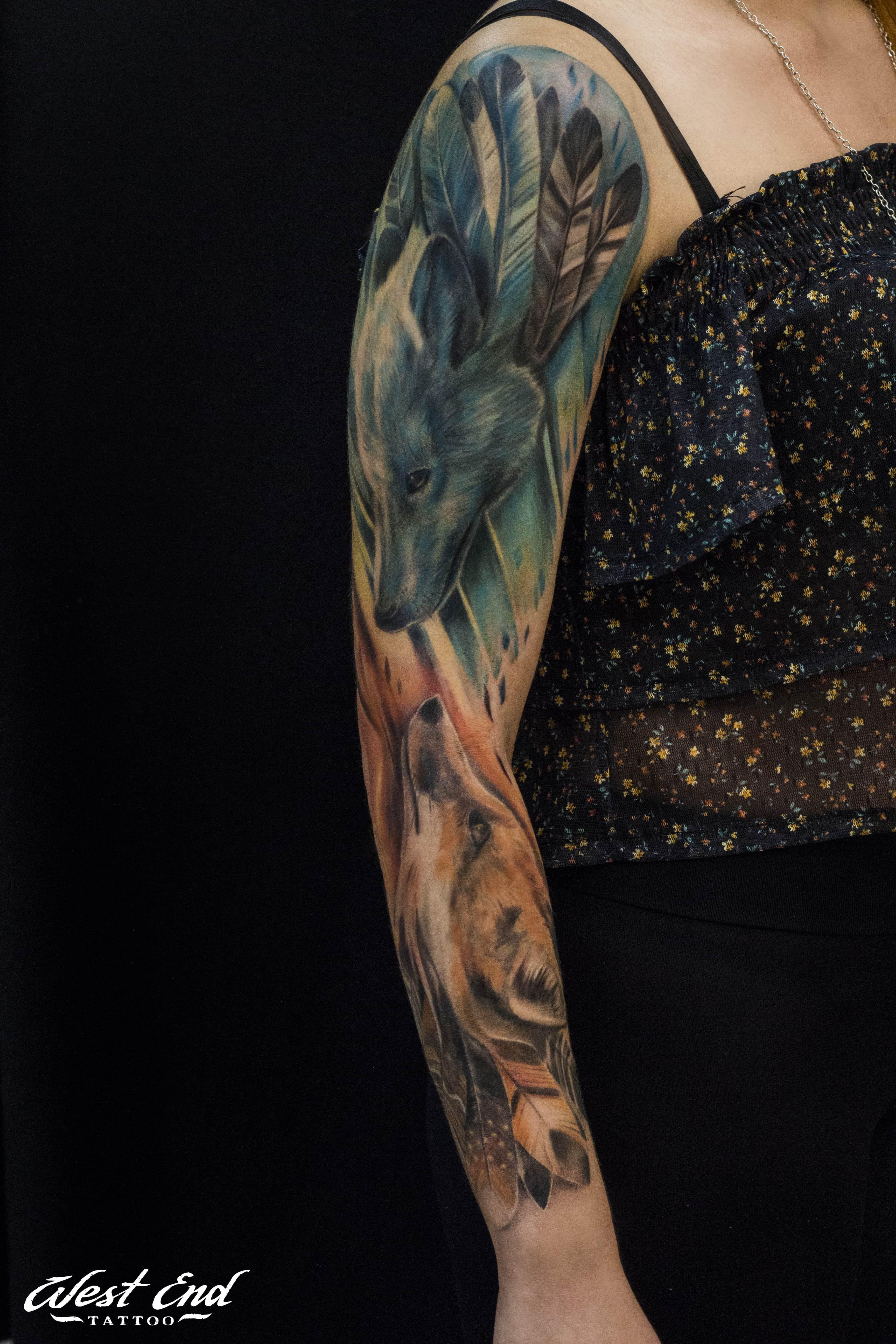 Цветные тату волк на руке