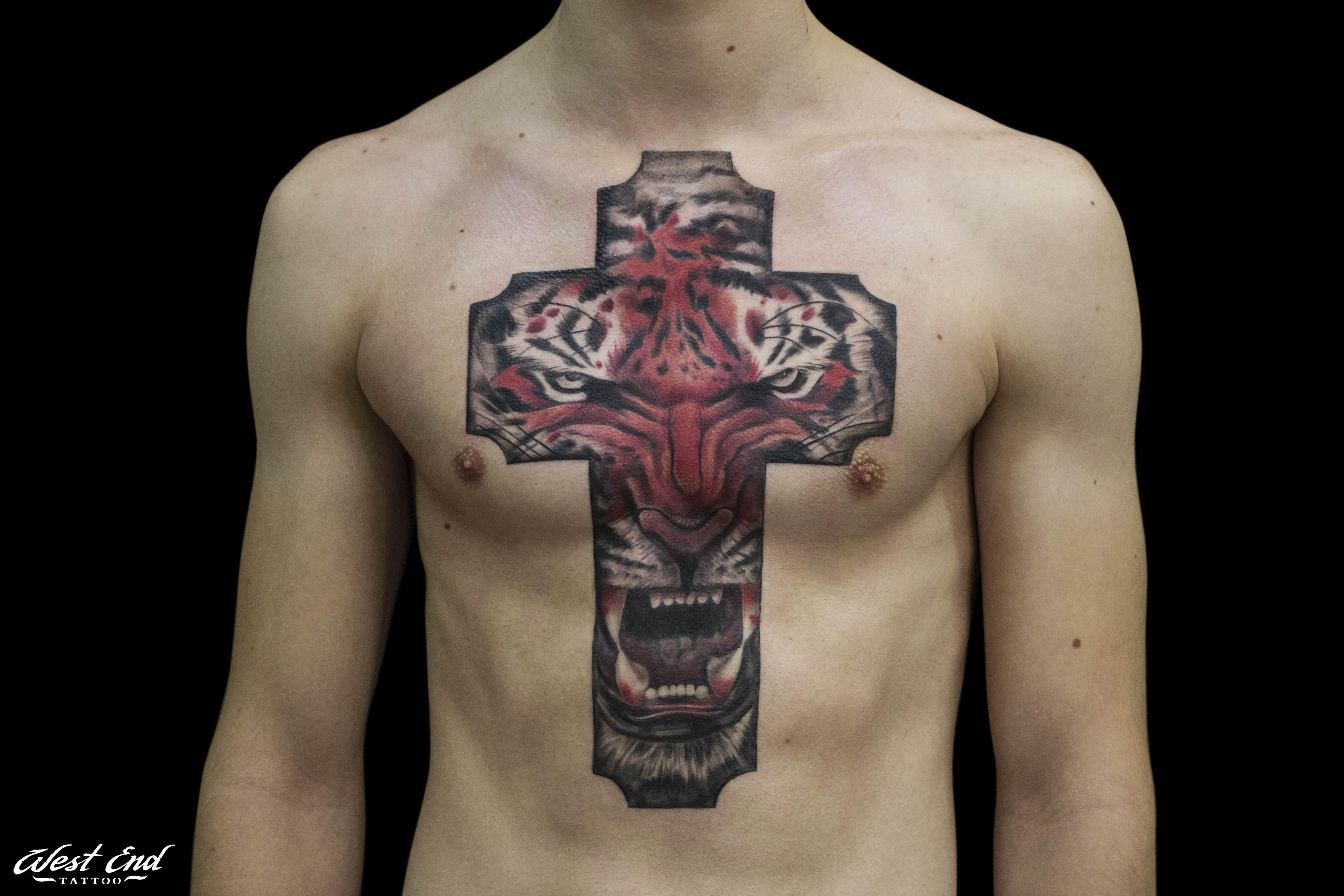 Тату тигр в кресте на груди