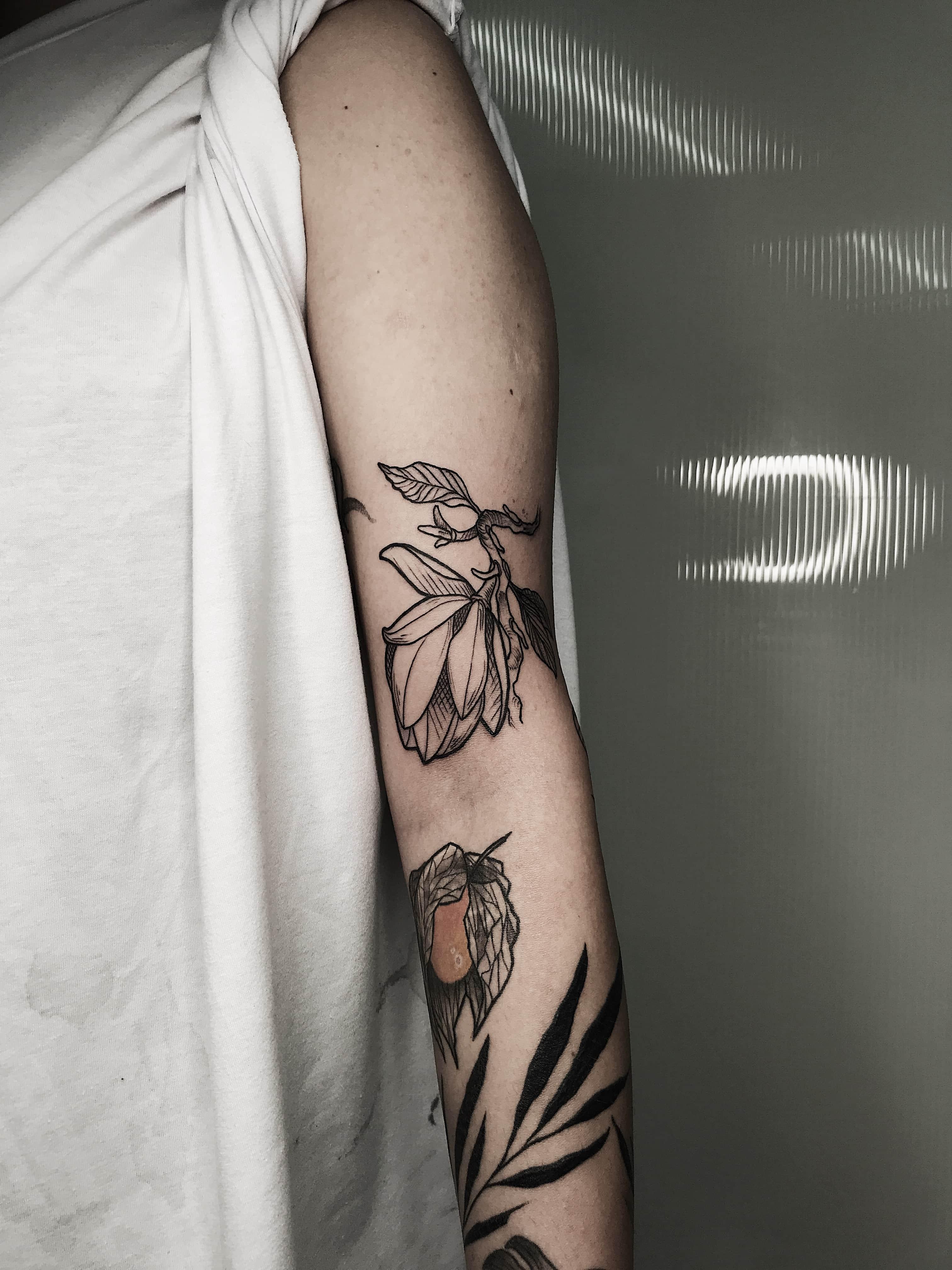 Тату цветы на руке черного цвета