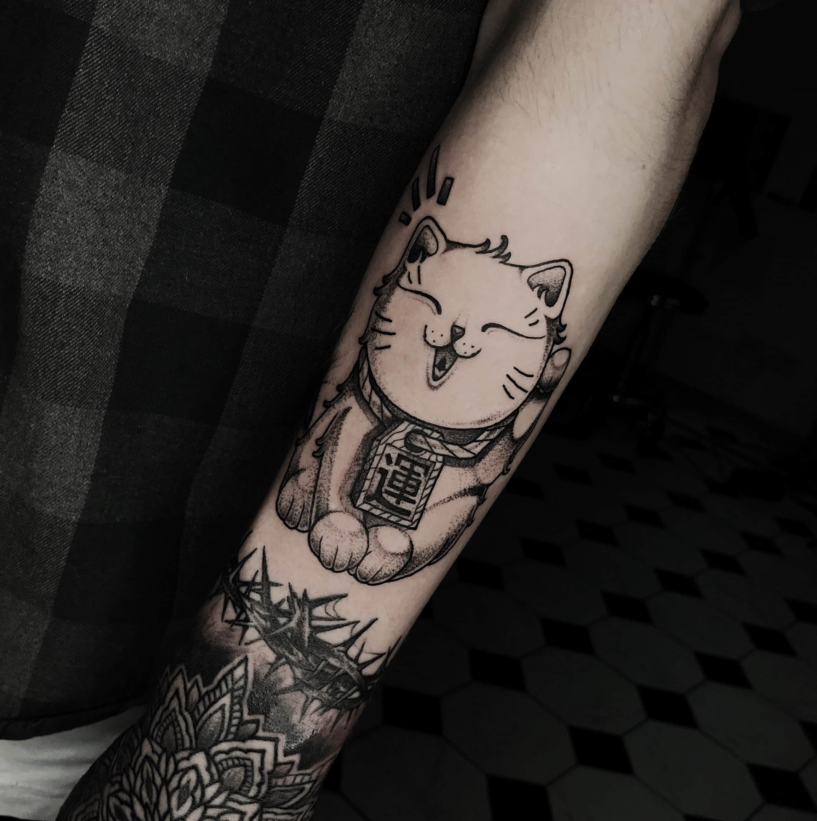 Тату котенок на руке