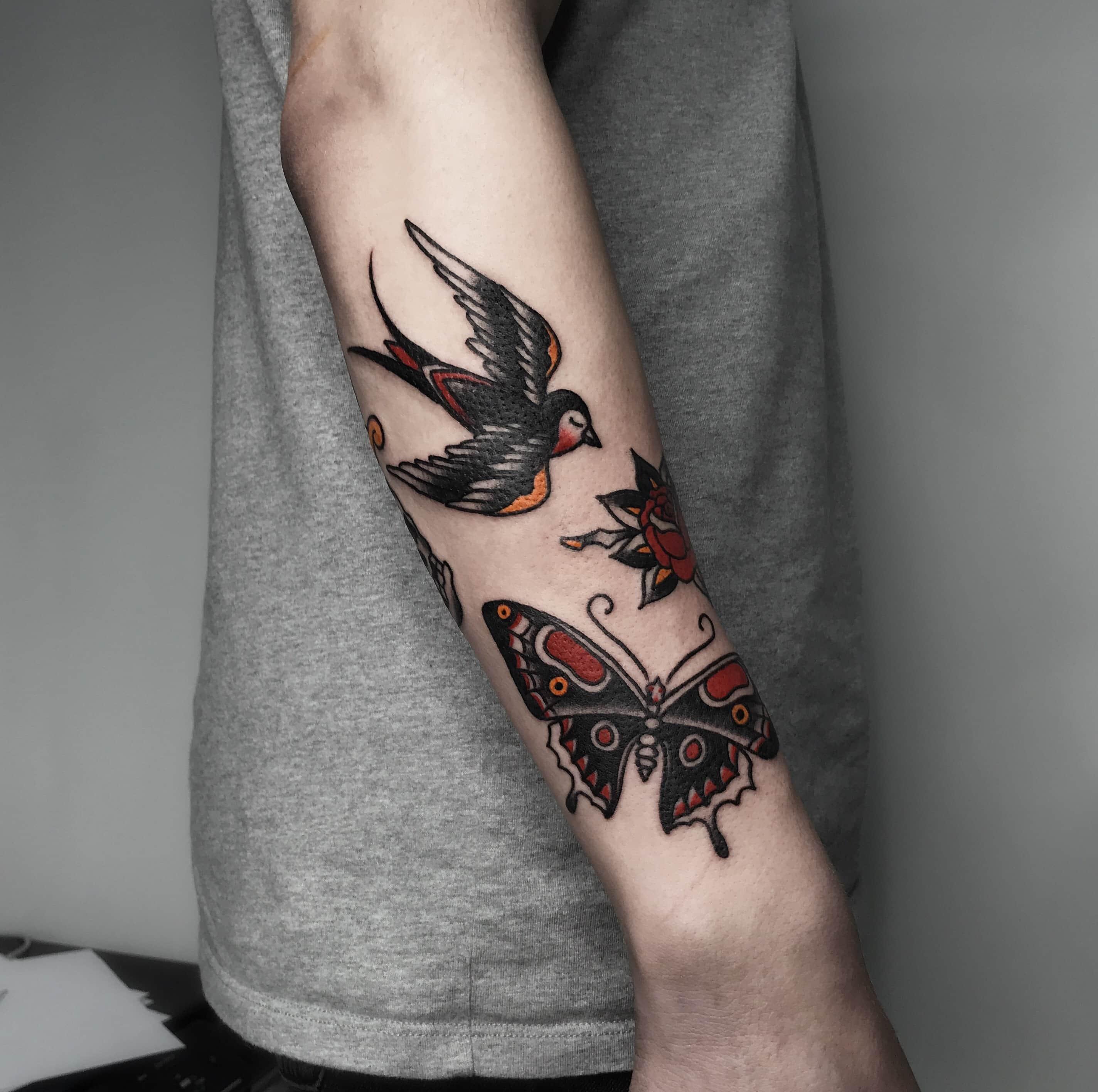 Цветные тату бабочка на руке
