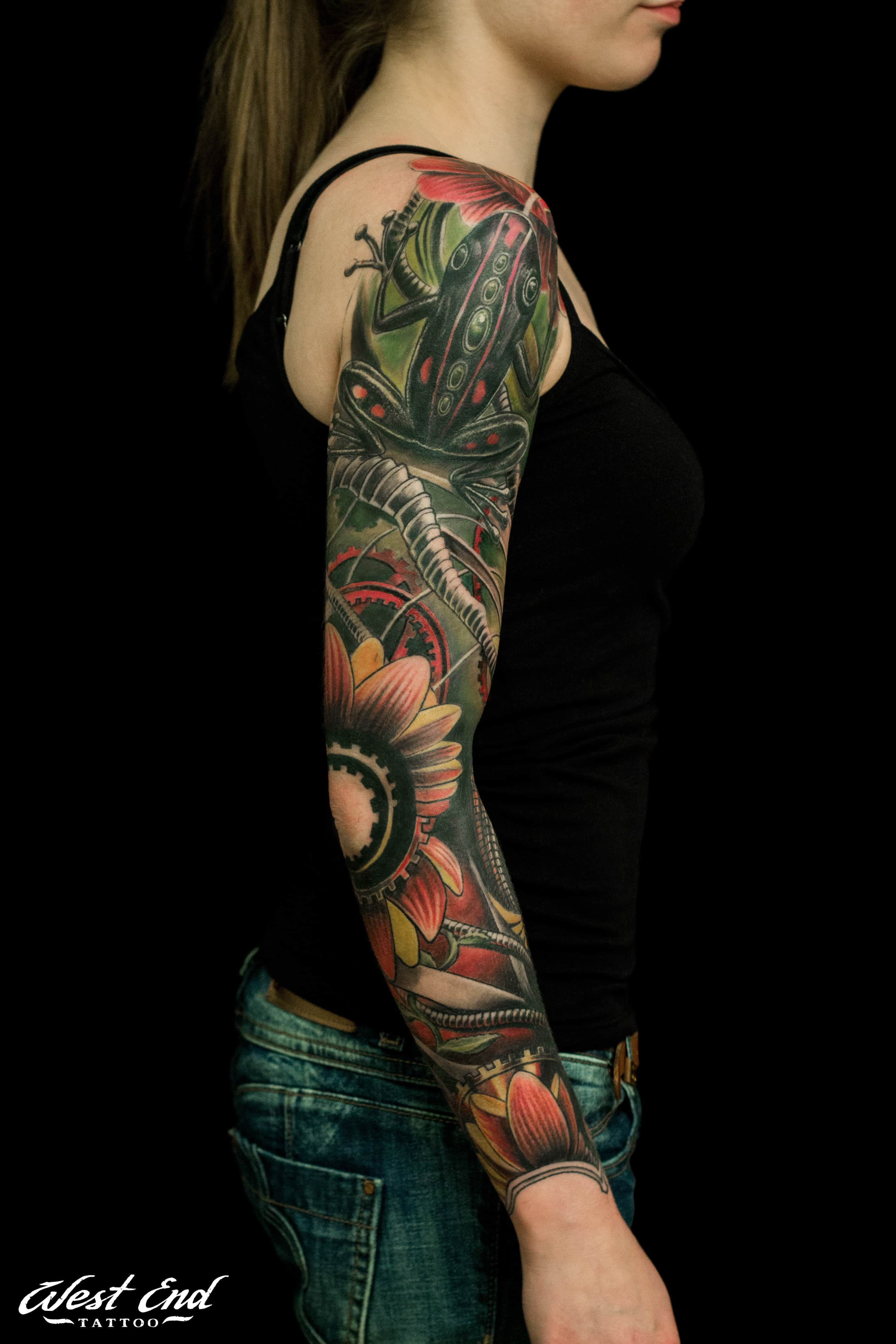 Татуировки для девушек в стиле биомеханика