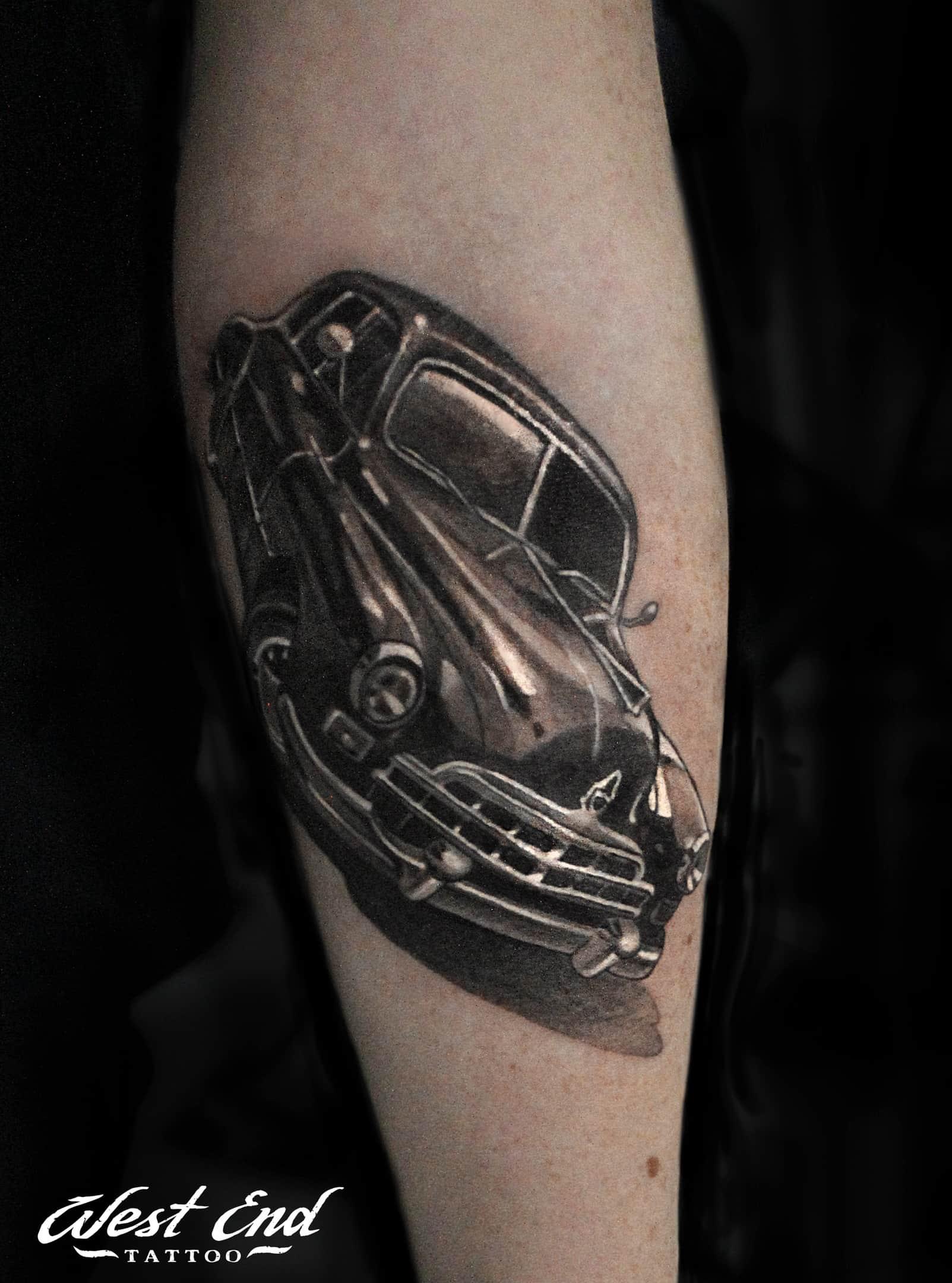 Черная тату машина на руке