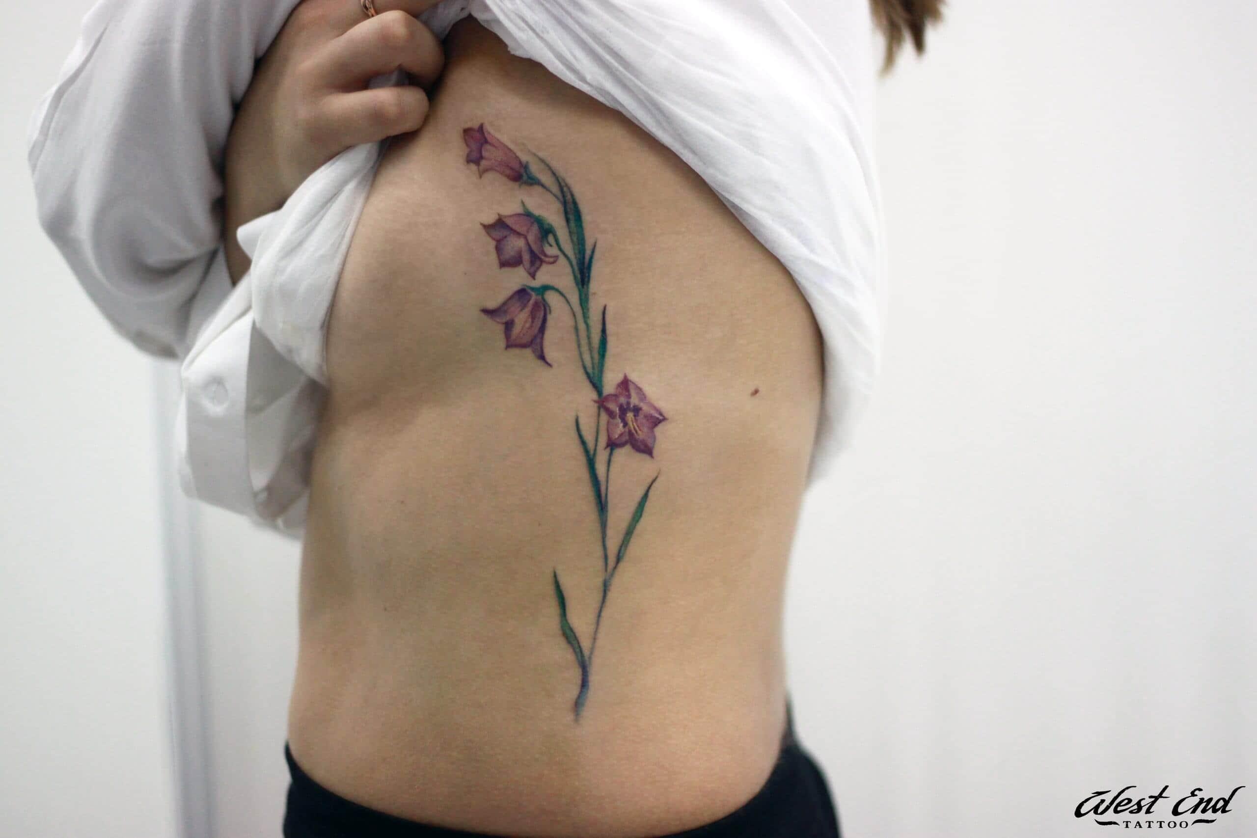 Татуировка цветы на ребрах