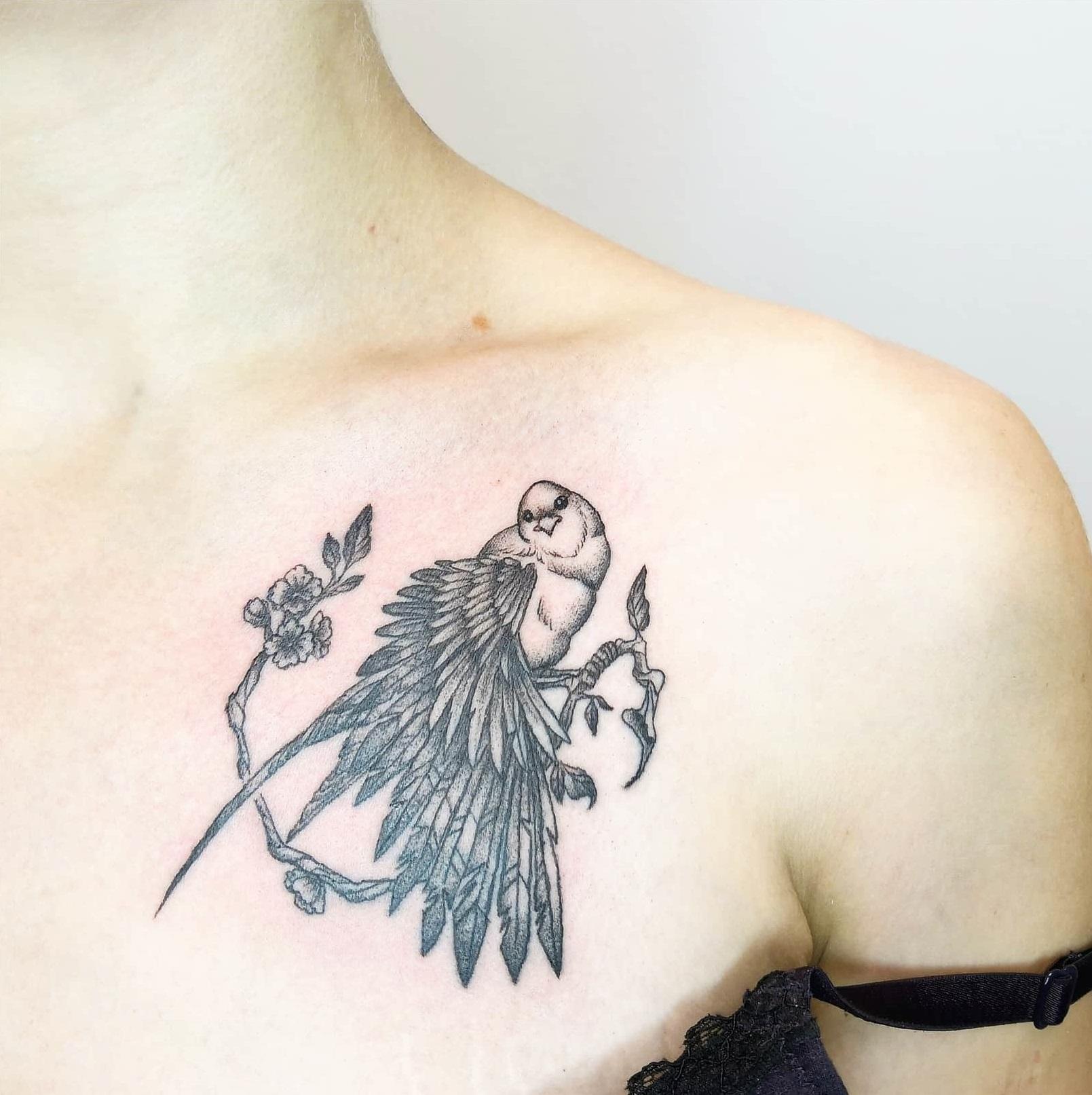 Татуировка  птицы на груди черного цвета