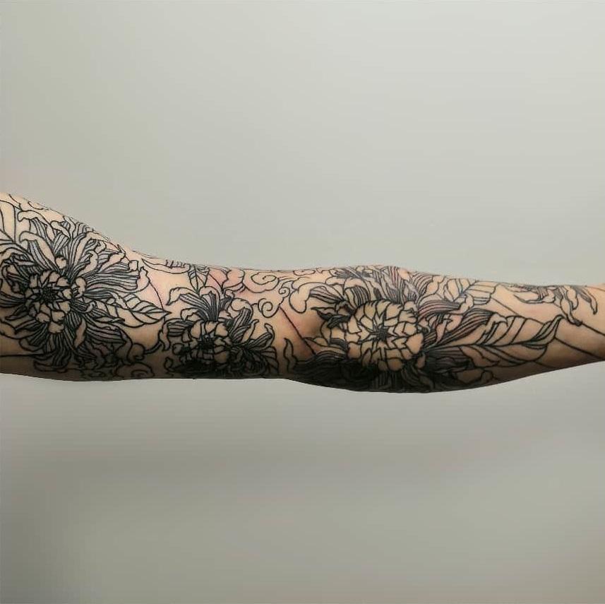Татуировка цветы во всю руку