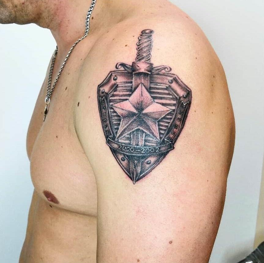 Татуировка меч и щит на плече