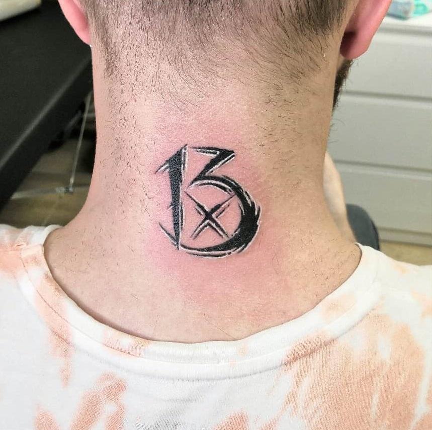 Татуировка число на шее