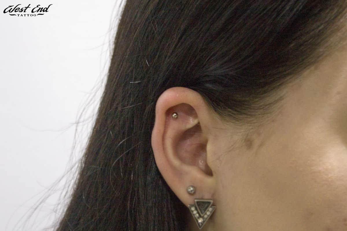 Прокол мочки уха и хряща