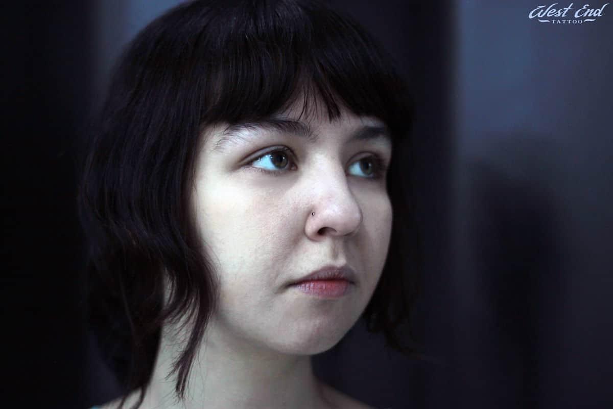 Женский пирсинг носа-нострил