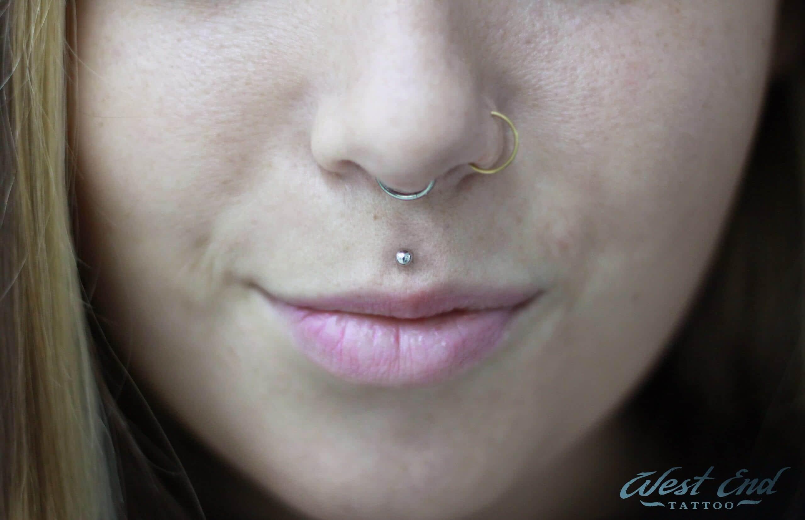 Септум пирсинг носа и пирсинг губы — «медуза»