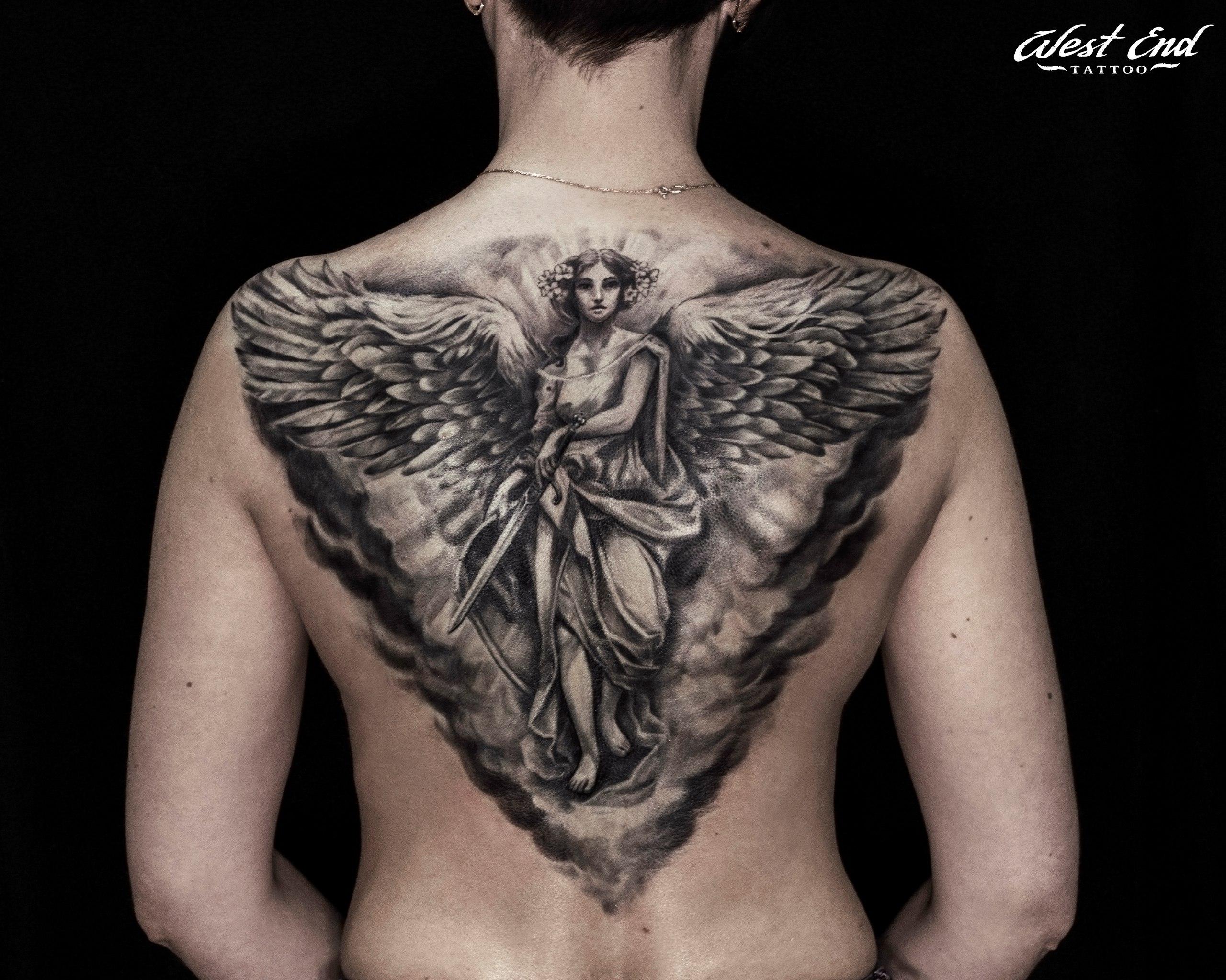 Тату боевой ангел реализм на спине женская татуировка