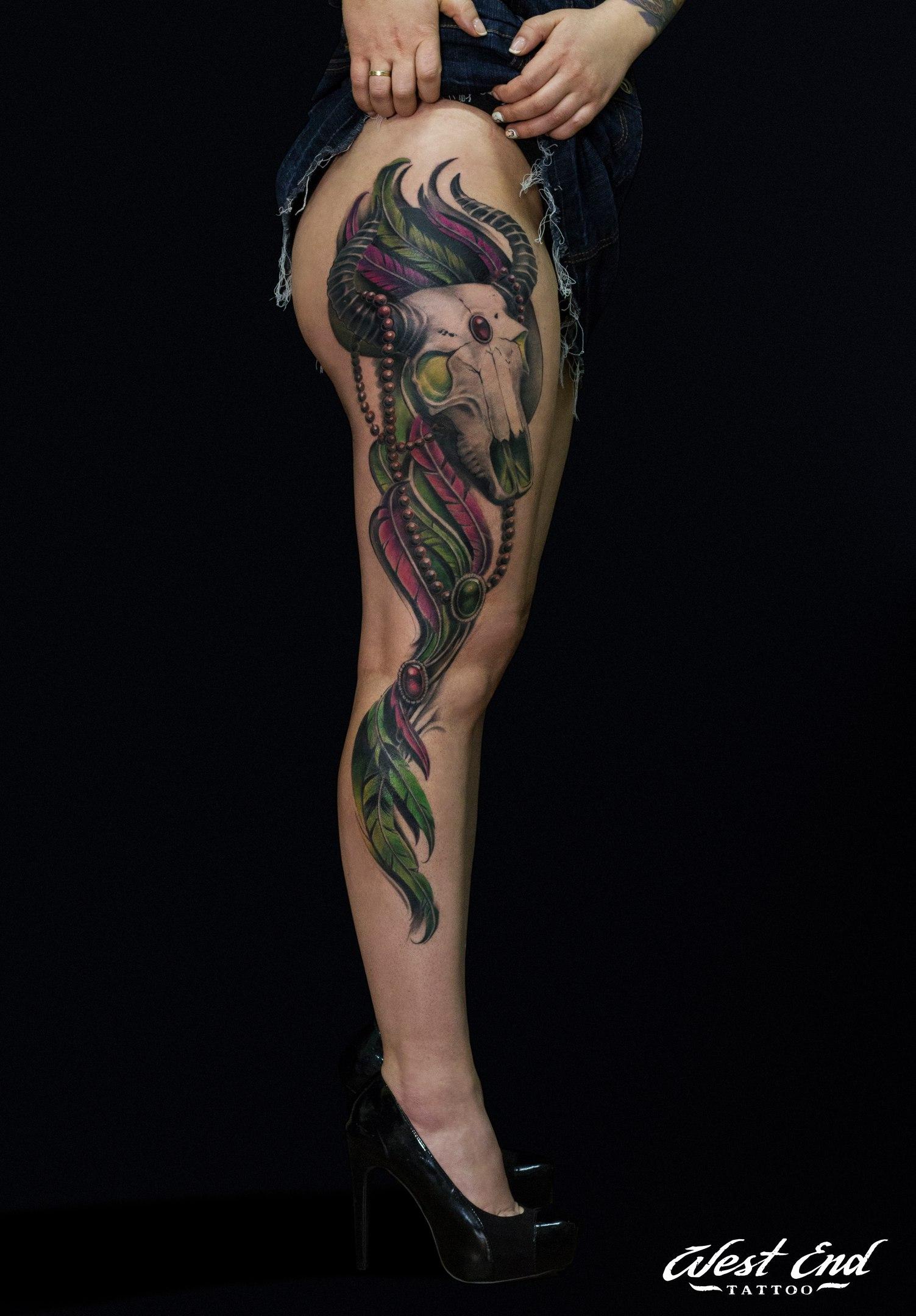 Тату женская реализм на ноге бедро череп цветная