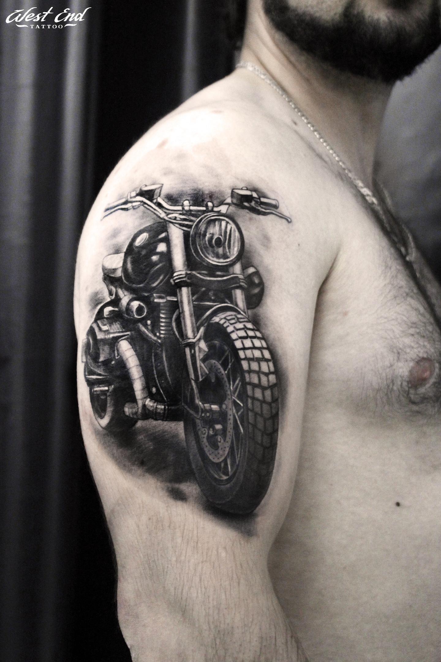 Тату мотоцикл черно белая тату реализм мужская