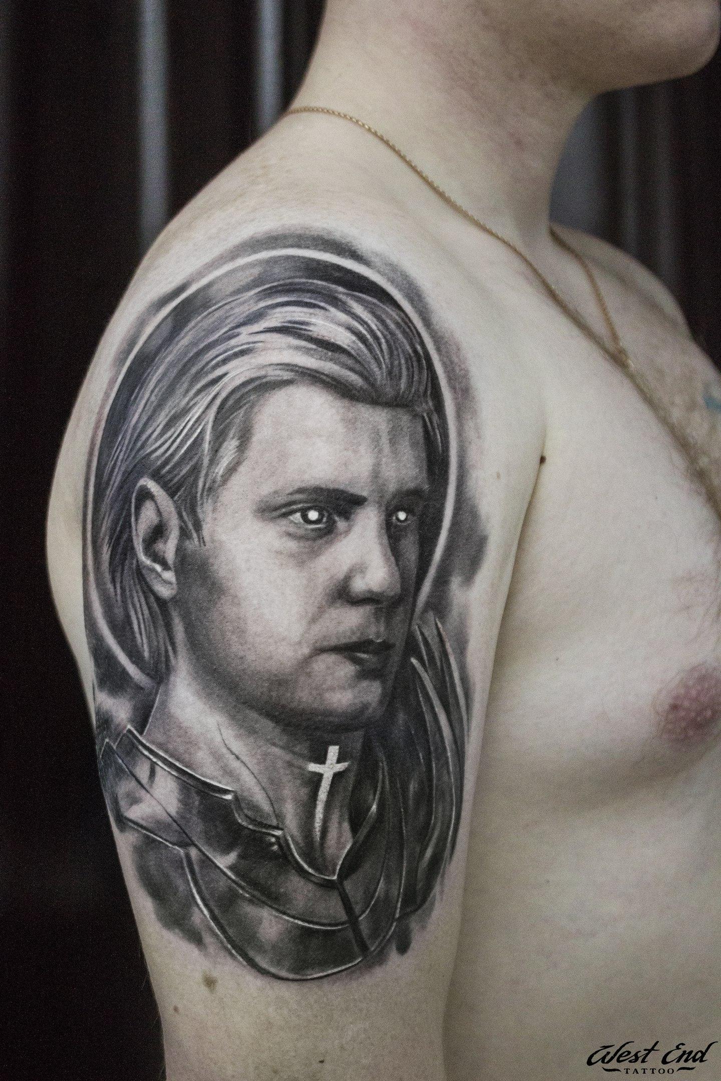 Тату мужской портрет черно белый реализм