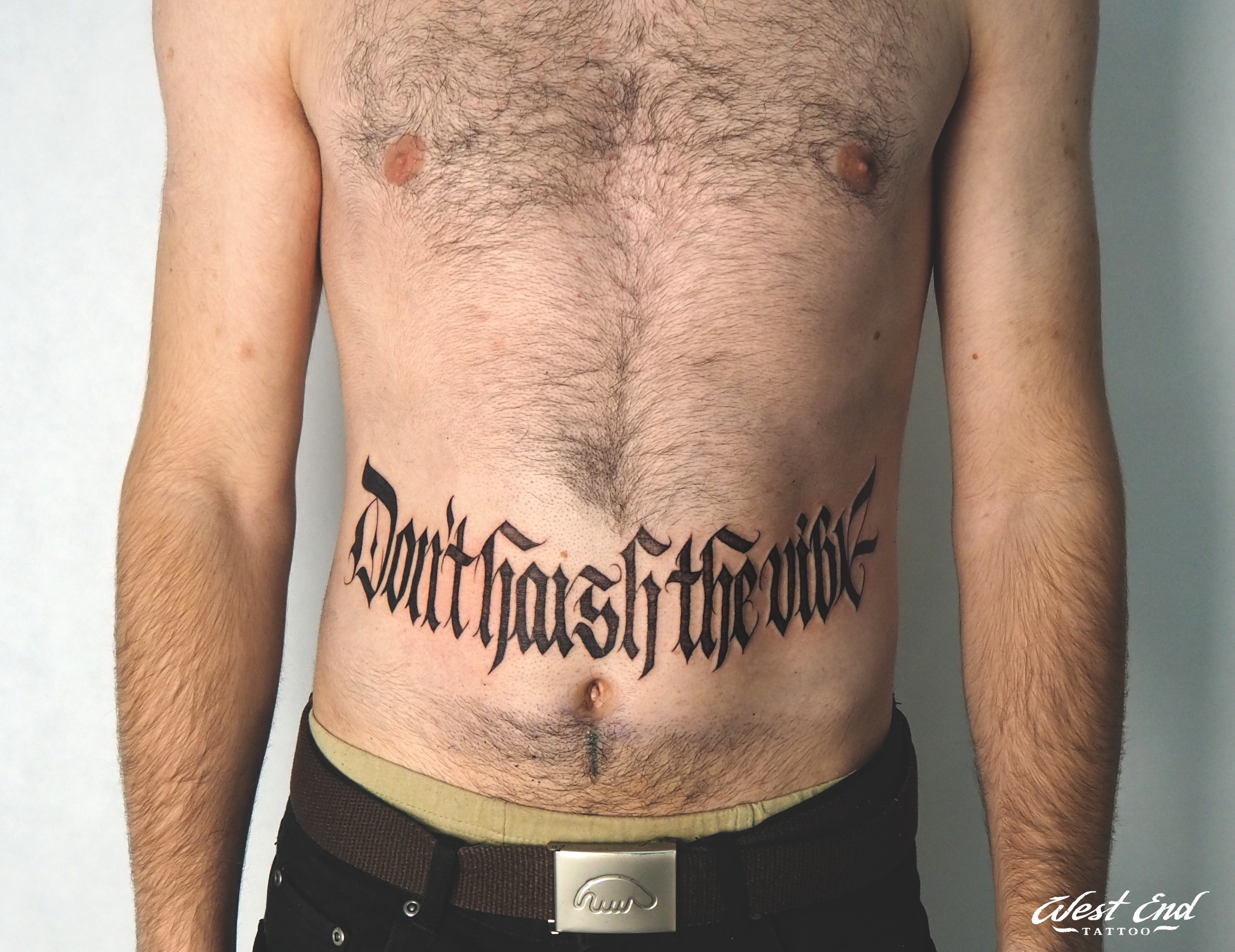 Татуировки для мужчин в стиле леттеринг