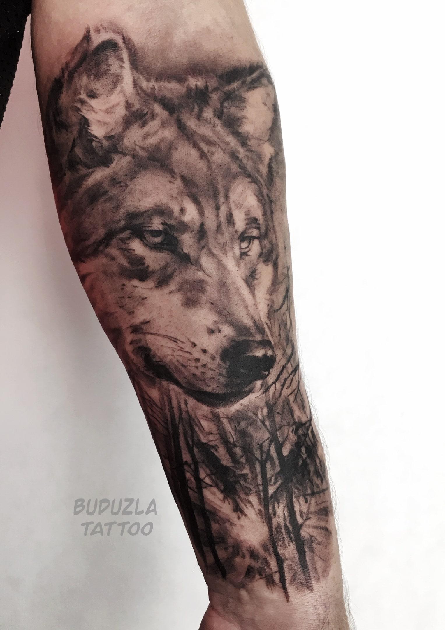 Тату реализм волк черно-белая на предплечье