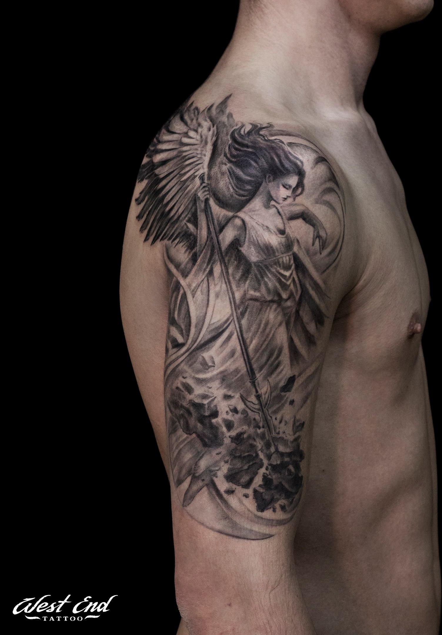 Тату реализм мужская плечо ангел
