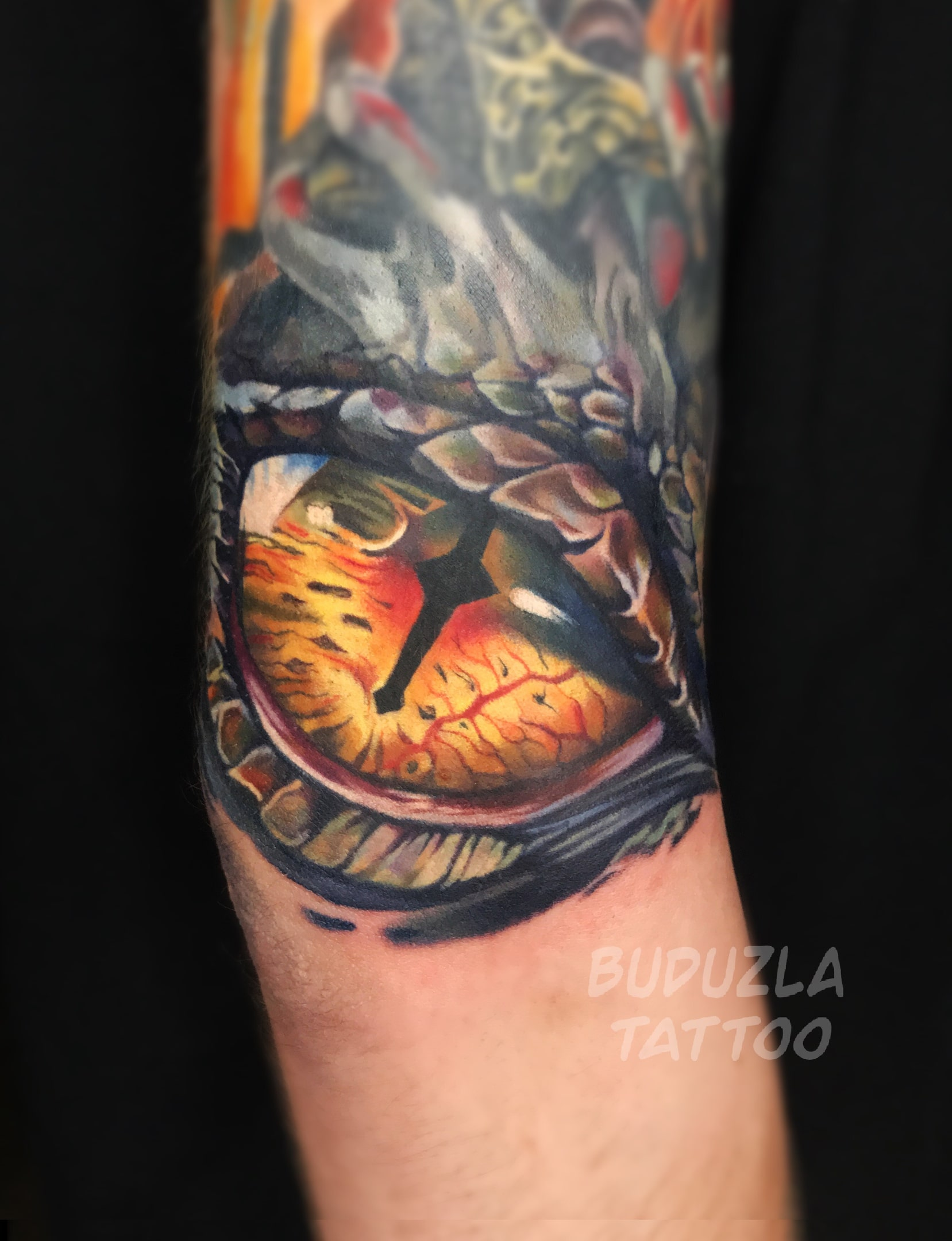 Тату глаз дракона на локте цветная