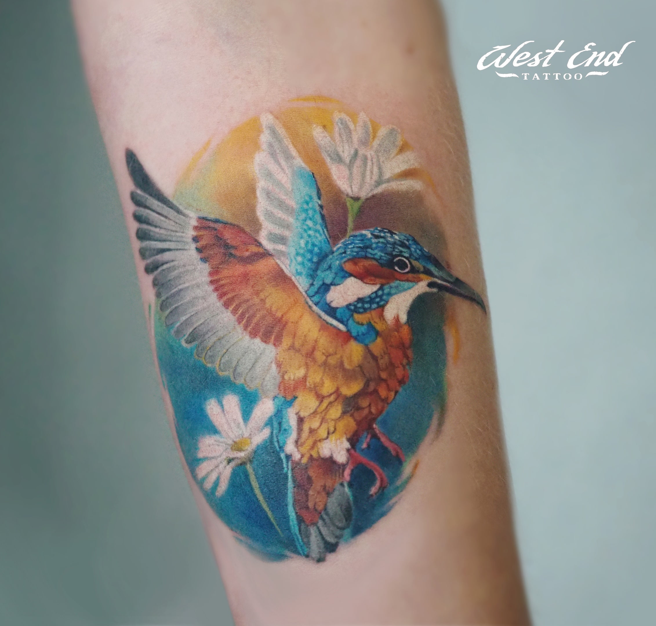 Тату колибри цветная на руке