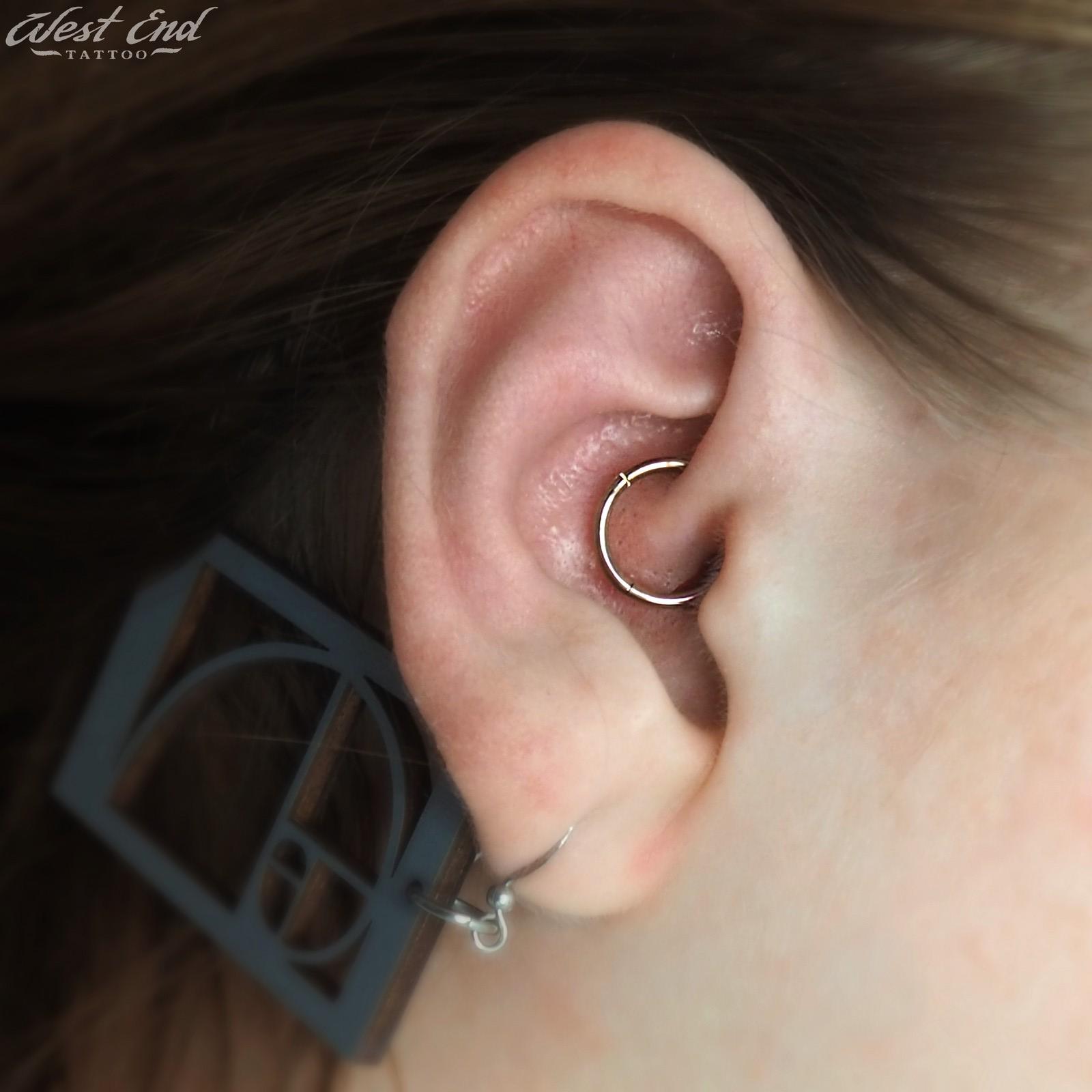 Пирсинг хряща уха кольцом