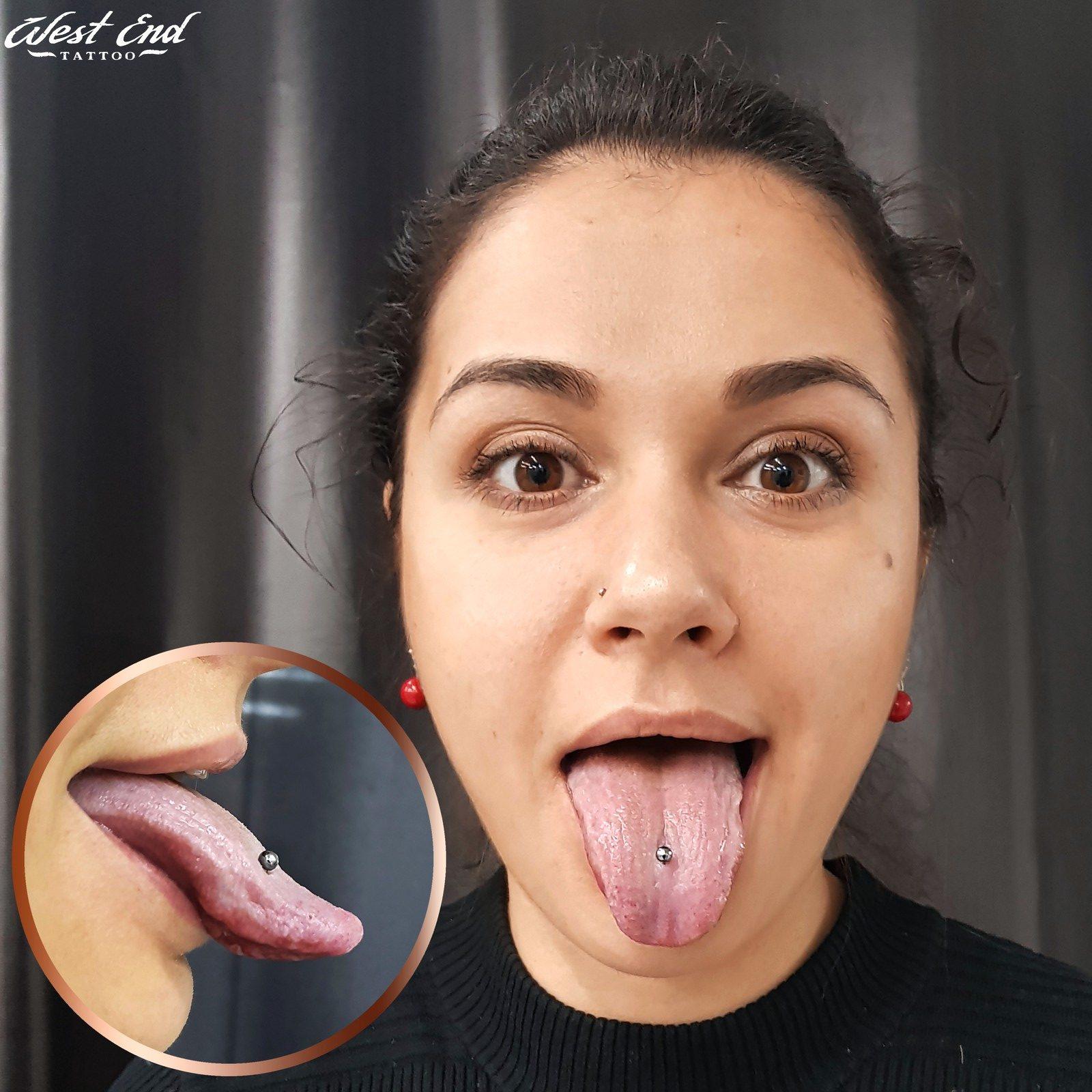 Пирсинг языка у девушки