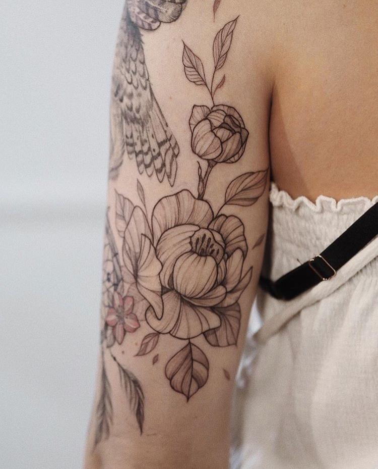 Татуировка ловец снов и орел на женском плече