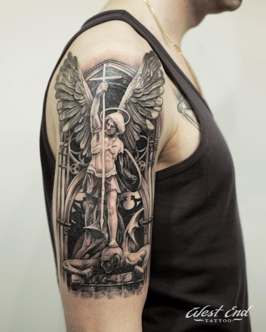 Тату композиция с ангелом на плече