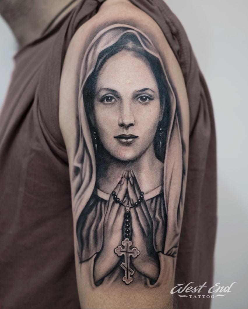 Тату портрет девушки с крестом
