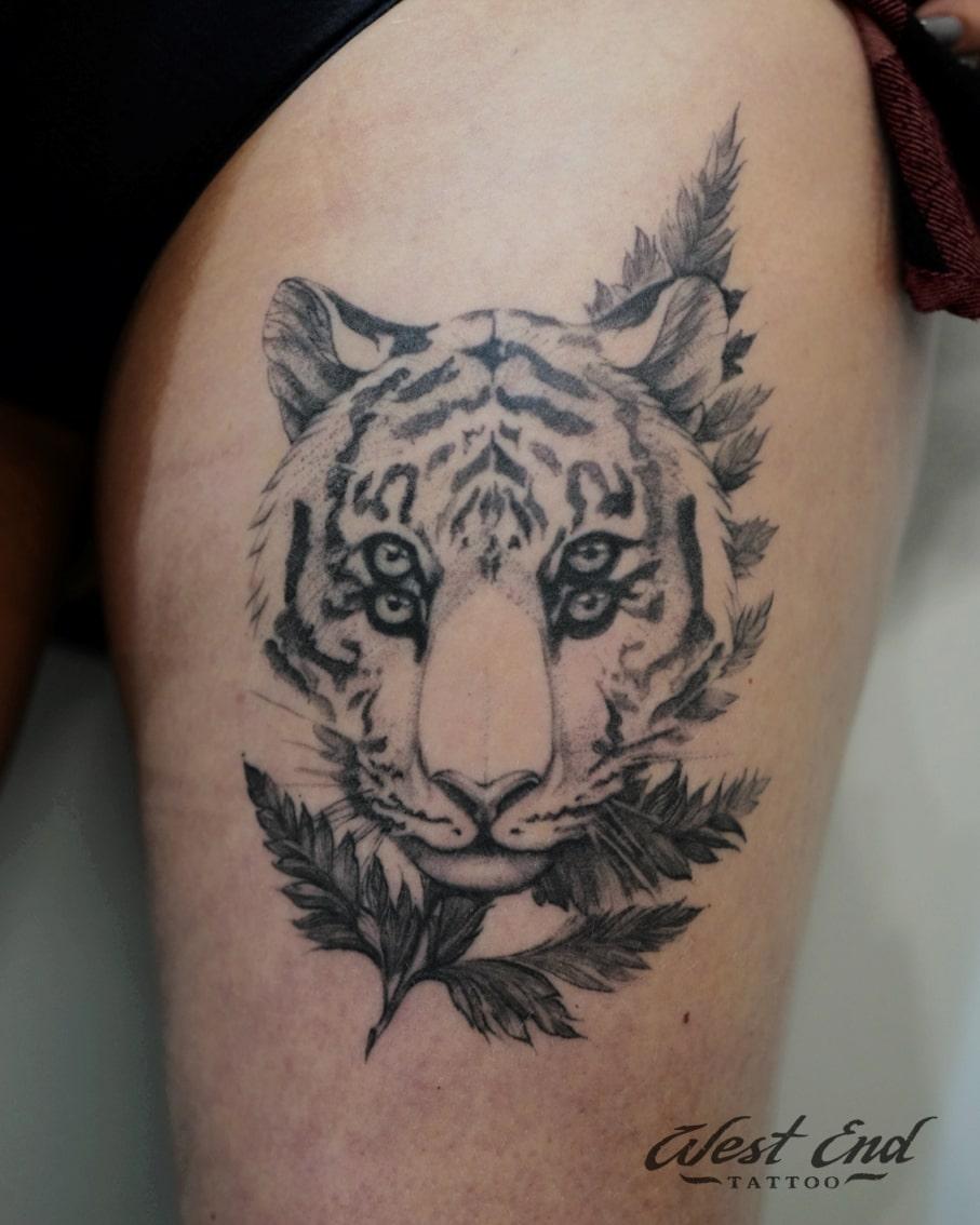 Тату тигр на бедре