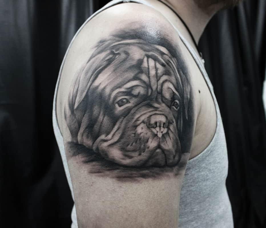 Тату собака на плече