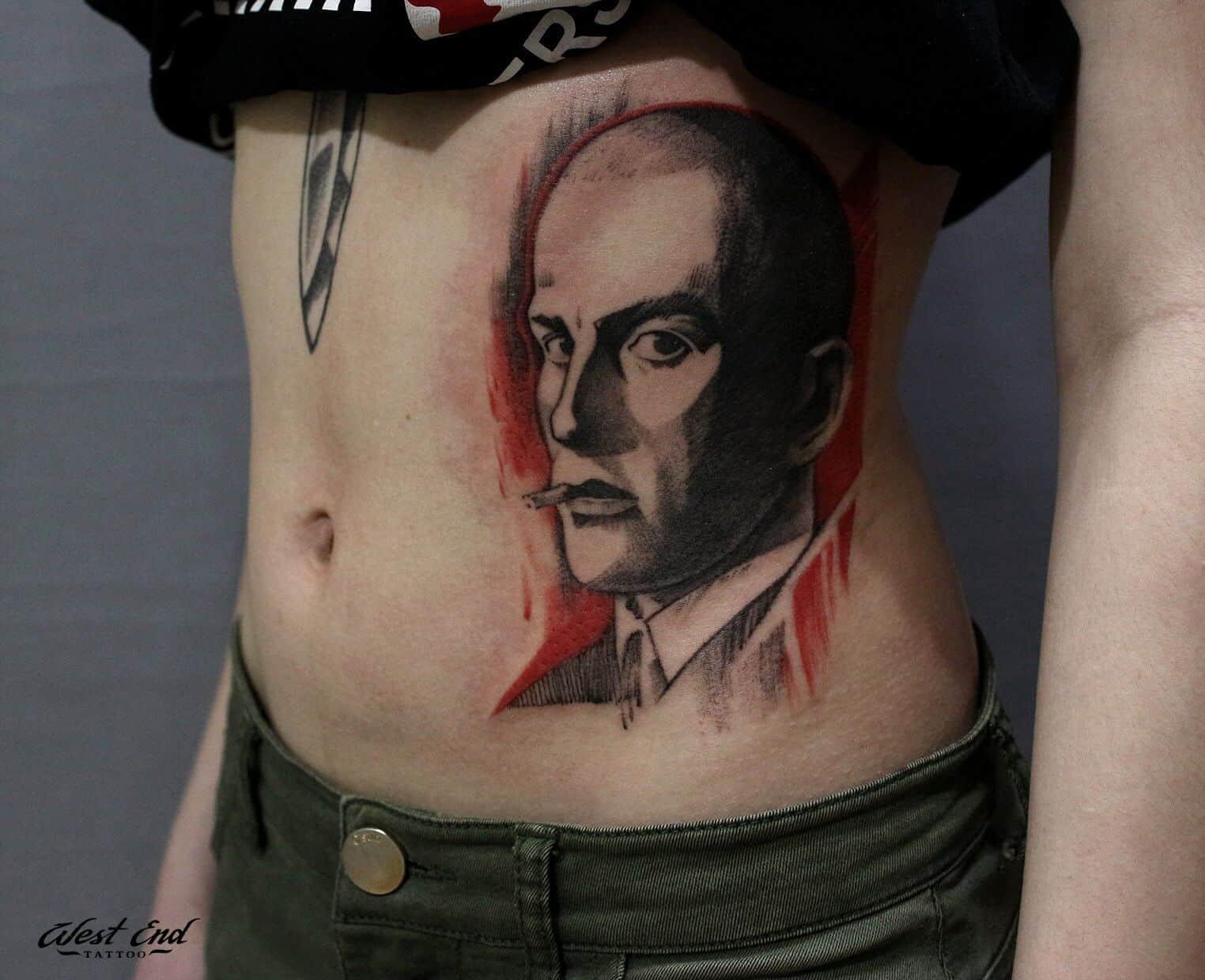 Тату с мужским портретом на боку