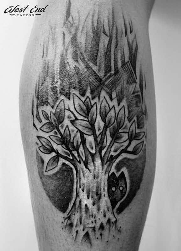 Татуировка дерево на икре