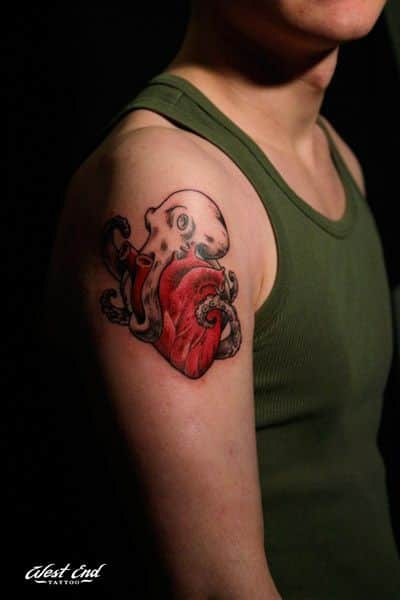 Тату осьминог и сердце на плече