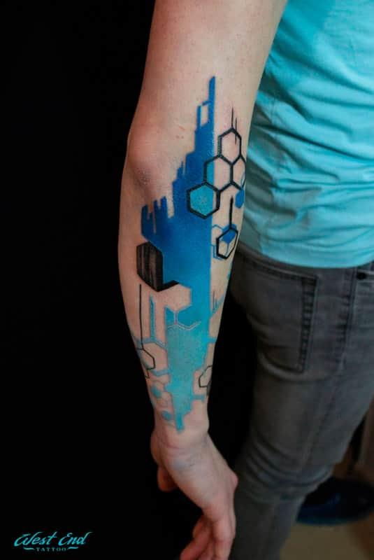 Татуировка с абстрактным изображением на руке